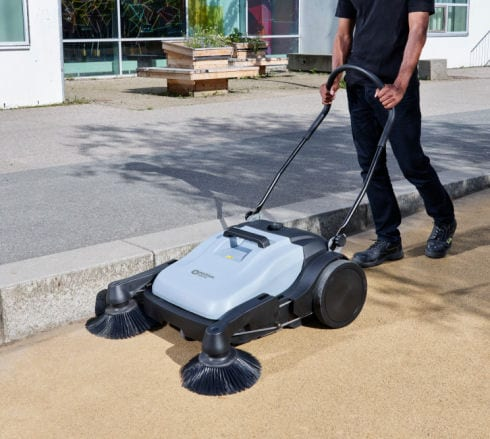 Nilfisk_SW250_push_sweeper_for_outdoor_cleaning